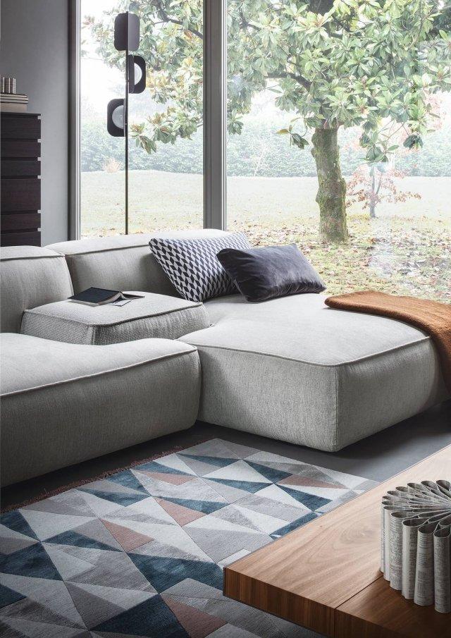 Nel divano Cloud (design Francesco Rota) il bracciolo può diventare esso stesso una piccola seduta o un tavolino, anche in posizione centrale. Il gioco di combinazioni possibili consente di assemblare singoli elementi di colori, tessuti e texture diversi.