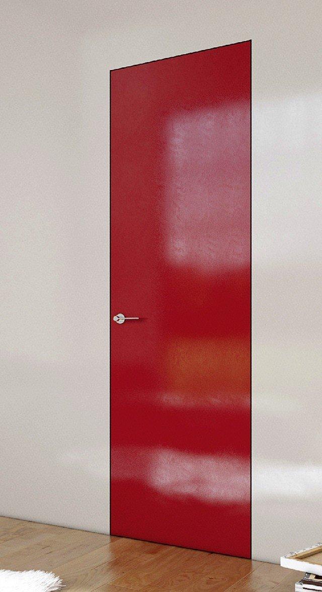 Un taglio perfetto nella superficie muraria: è l'effetto della porta filomuro. Il merito è dell'assenza del telaio, che viene sostituito da un controtelaio metallico – anziché in legno come al solito – più sottile e con finitura uniforme alla parete, come l'anta. La porta a battente con cerniere regolabili Filomuro® di Mito è fornita grezza, personalizzata nel colore oppure rifinita nelle tinte da catalogo.