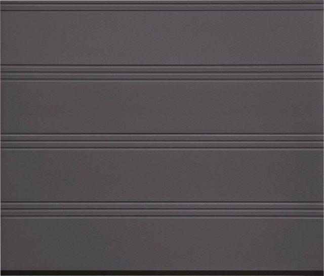 Particolare del portone sezionale LPU 40 con finitura greca T che presenta tre greche ravvicinate. Il portone è realizzato in acciaio a doppia parete coibentato ed è dotato di elementi con uno spessore di 4,2 cm. Ha apertura verticale e scorrimento a soffitto per il massimo utilizzo dello spazio all'interno del garage e nella zona antistante l'ingresso. Misura massima disponibile L 550 x H 300 cm.