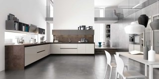 Design lineare e superfici lisce per la cucina dallo stile minimale