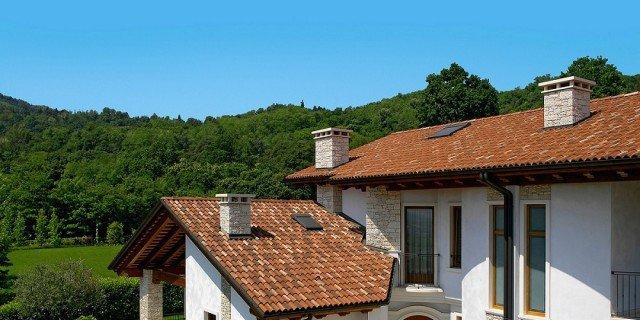 Alzare di un piano la casa in pietra e legno il tavolo - Alzare tetto casa ...