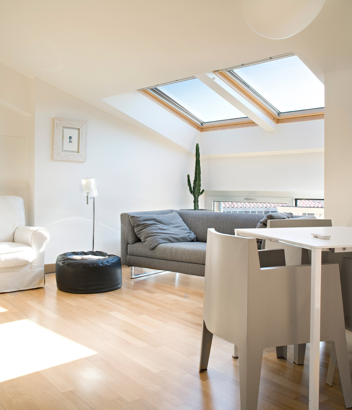 90 mq ambienti moltiplicati nell 39 attico con vista mare for Dimensioni finestre velux nuova costruzione