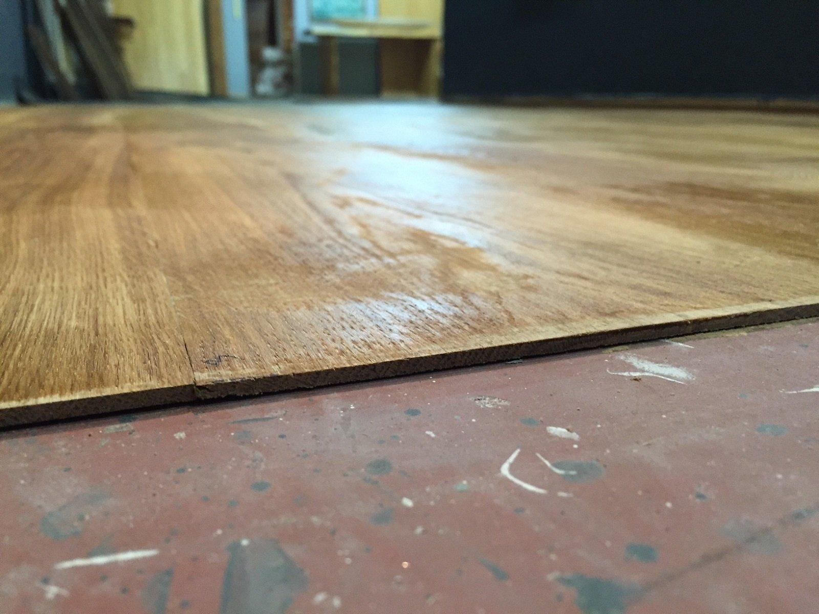 Rivestire il pavimento con lamelle ultrasottili di legno cose di casa - Parquet da incollare su piastrelle ...