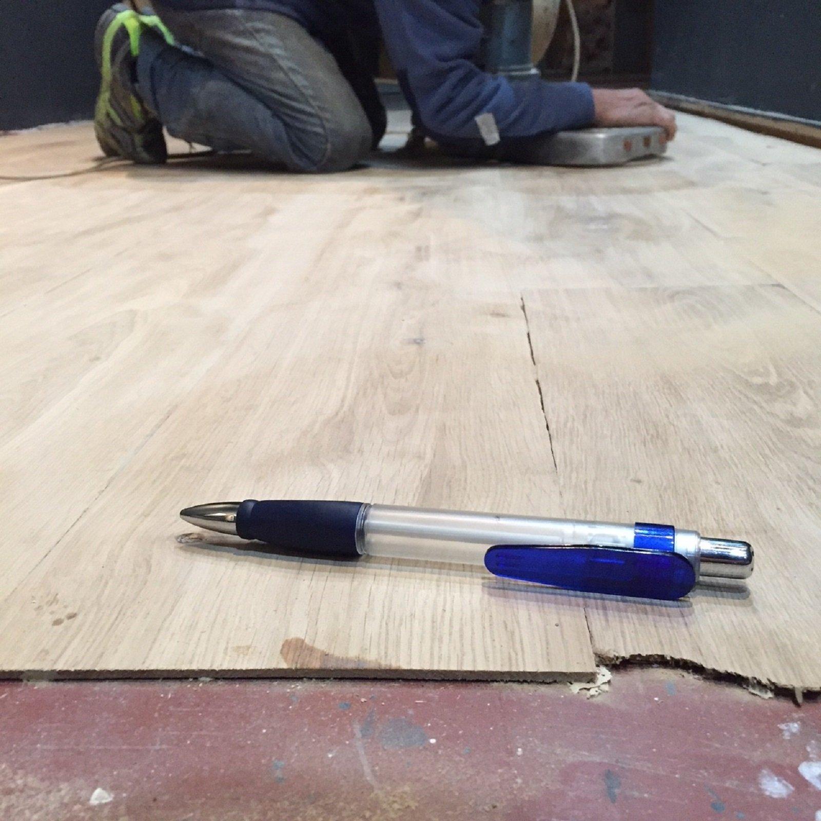 Rivestire il pavimento con lamelle ultrasottili di legno - Incollare piastrelle su legno ...