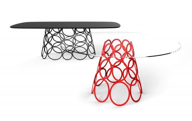 Hulahoop di Bonaldo è il nuovo tavolo dominato dalla presenza di una base scenografica e decorativa, con un motivo grafico formato da cerchi in metallo verniciato nero o rosso. Il piano privo di spigoli è sottile ed è disponibile in cristallo trasparente, in legno massello o in marmo. Èdisponibile nelle versioni rotonde e rettangolari con dimensioni diverse. Misura L 220 x P 110 x H 72 cm e ø 120 x H 72 cm. www.bonaldo.it
