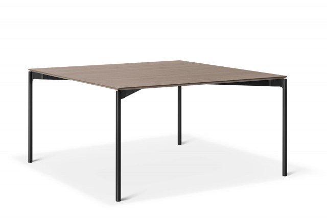 Luce di Lema è il nuovo tavolo quadrato con un design ridotto all'essenziale e spessori minimi: il risultato è un modello leggero e elegante. Le quattro gambe sono realizzate in alluminio pressofuso nero, il piano quadrato è in legno ed è impreziosito dalla venatura a vista. www.lemamobili.com