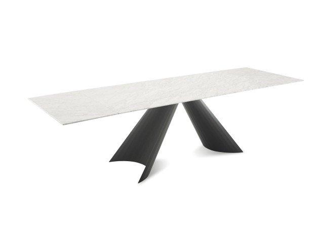 Tuile di Domitalia è il nuovo tavolo con il piano rettangolare fisso o allungabile. La base scultorea, con una forma che ricorda due grandi ali, è realizzata in lamiera di metallo piegata. Misura L 200 x P 110 x H 75 cm. www.domitalia.it