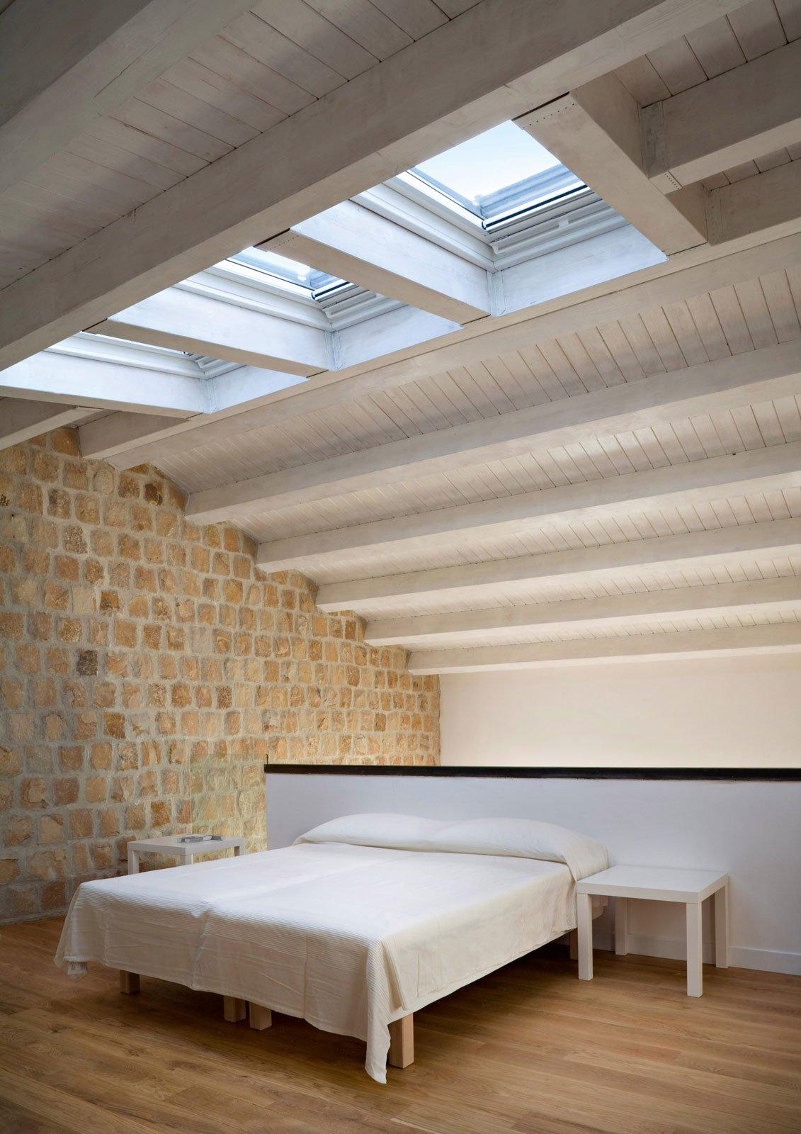 Atmosfere mediterranee per il restauro conservativo di un for Capannone tetto spiovente