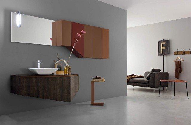 Composizione in finiturarovere cacao e laccato opaco Ral 8015/8024/8025; piano in vetro bronzo VT30; lavabo da appoggio Pitagora in ceramica. Larghezza 240 cm.