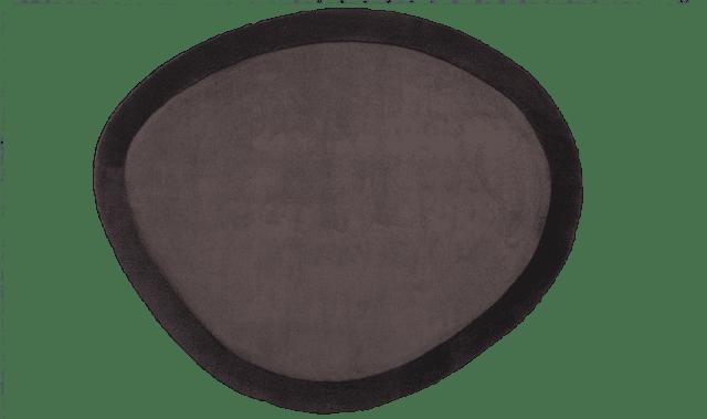 Shield di Besana Moquette è il nuovo tappeto lavorato a mano (presentato al Salone del mobile 2016) che ha la cornice più spessa rispetto alla parte centrale, così la superficie si presenta su due livelli. Può essere realizzato su misura e nei colori desiderati dal cliente. www.besanamoquette.com