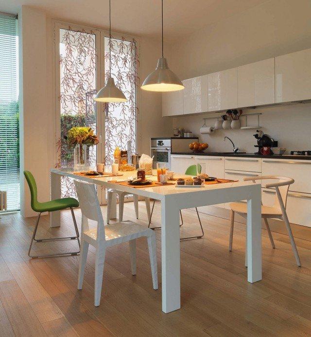 Gamma di Cappellini è un tavolo in legno con una struttura interna in acciaio. É disponibile laccato lucido o opaco in una delle numerose colorazioni presenti in cartella per adattarsi a ogni ambiente. Misura L 250 x P 90 x H 73,5 cm. Prezzo su richiesta. www.cappellini.it