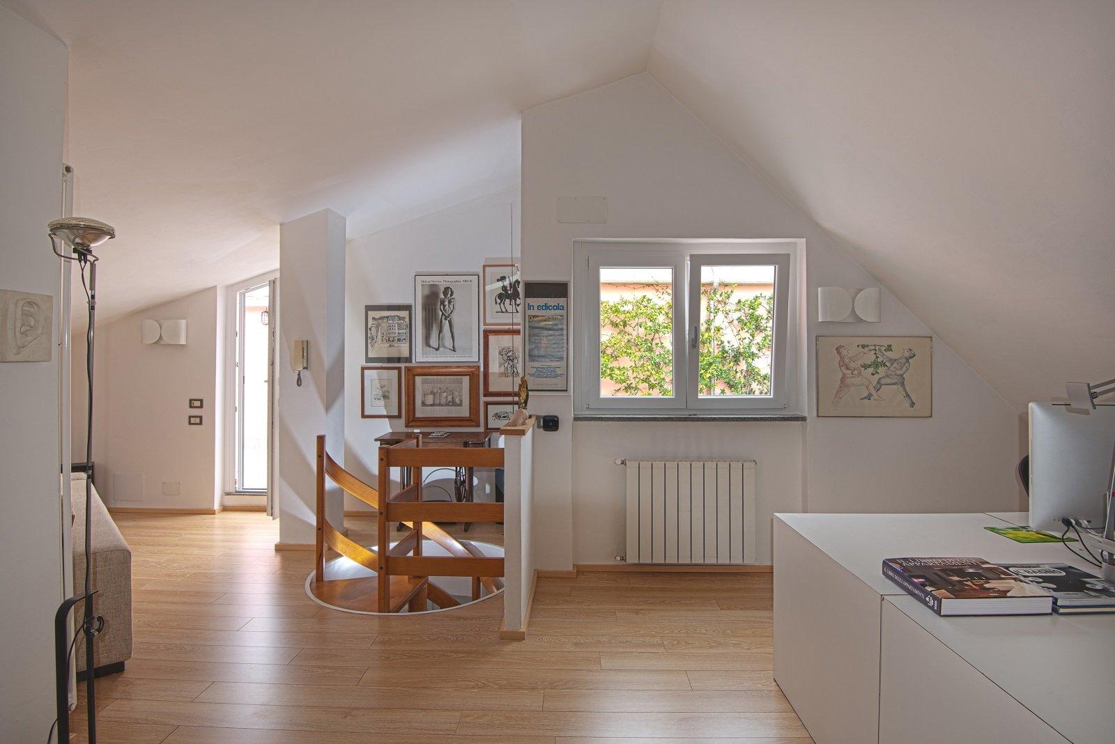 Pareti e soffitto bianchi per un effetto di maggiore for Disegni di casa piano aperto