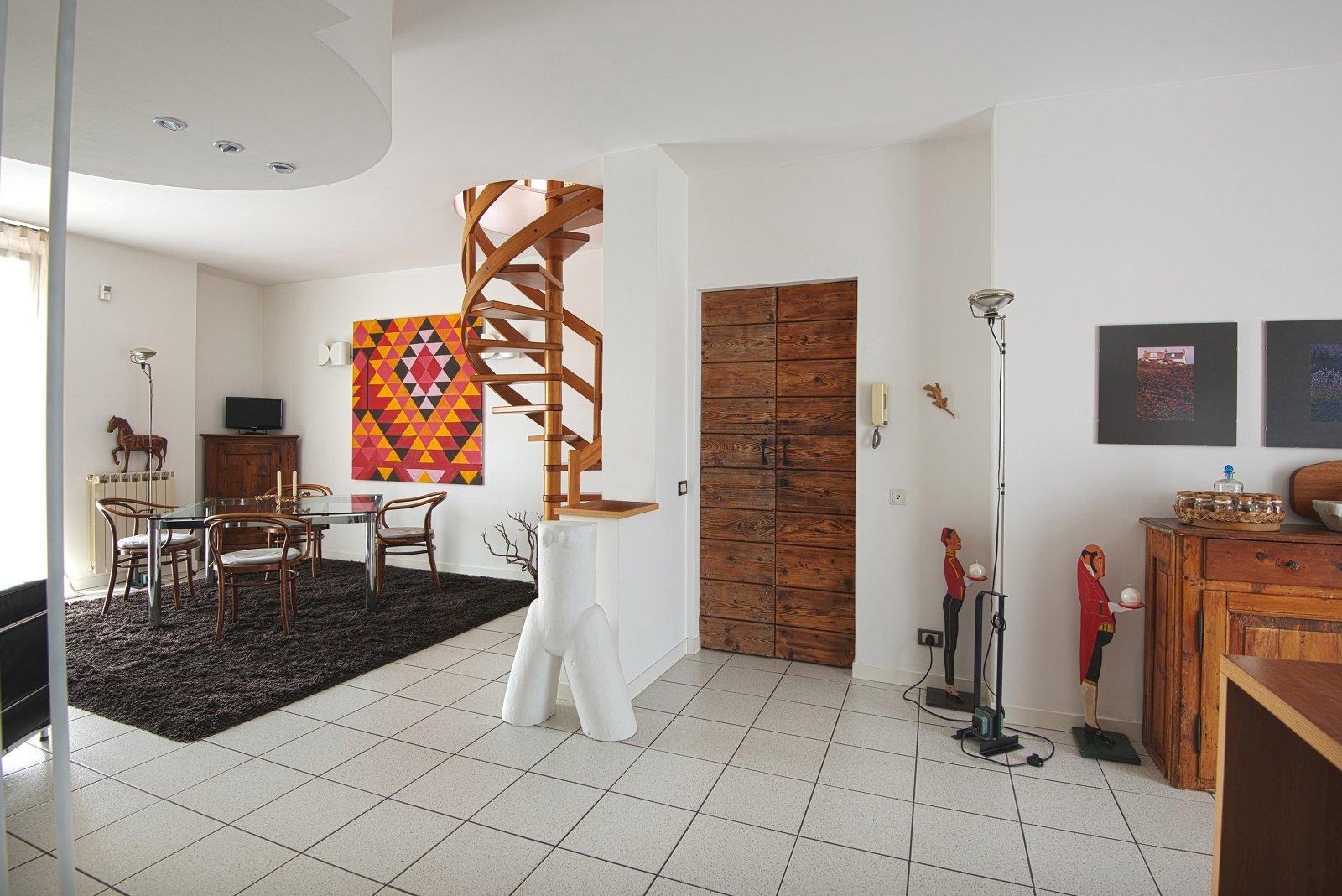 Pareti e soffitto bianchi per un effetto di maggiore for Sala di piani quadrati a chiocciola