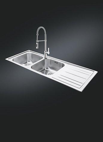 Il lavello da incasso in acciaio inox spazzolato LEH116D della serie Rigae di Smeg è largo 116 cm. E' dotato di doppia vasca e gocciolatoio. Prezzo da rivenditore. www.smeg.it