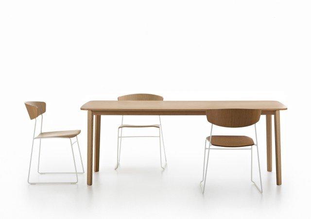 Wolfgang di Fornasarig è la collezione di cui fa parte il nuovo tavolo rettangolare che si ispira all'eleganza dello stile scandinavo; il piano leggermente curvato è realizzato in rovere. La struttura leggera è in legno massello e lamellare di rovere. www.fornasarig.it