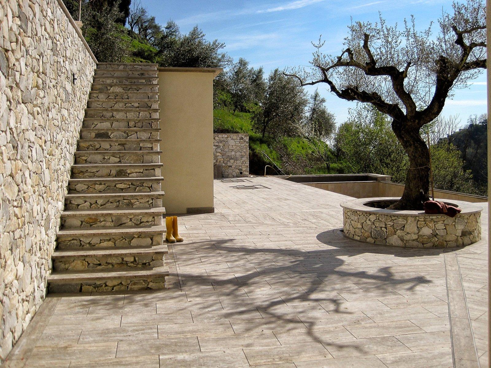 Pavimentazioni esterne: piastrelle di piccolo o grande formato per l
