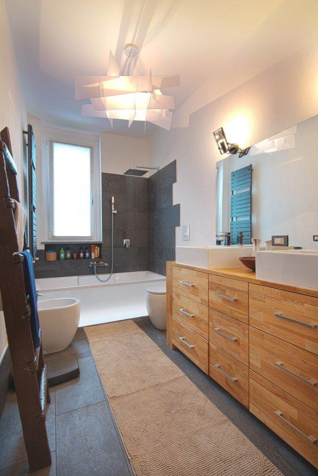 Pareti e soffitto bianchi per un effetto di maggiore ampiezza e luce cose di casa - Bagno con doccia davanti finestra ...