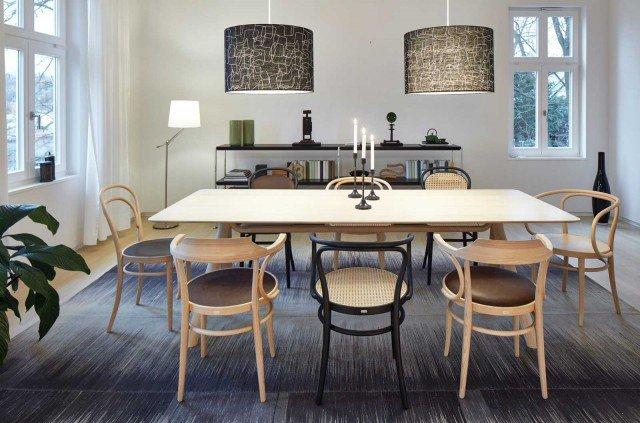 1060 di Thonet GmbH è un tavolo in legno massello rovere naturale che ha il piano rettangolare con gli angoli e i bordi inferiori smussati. Le gambe, collegate da un'elegante traversa, sono in legno curvato. Misura L 240 x P 95 x H 72 cm. Prezzo su richiesta. www.thonet.de