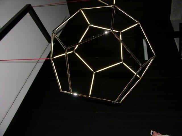 I-designers-Kocowisch-hanno-progettato-questa-lampada-di-gioielleria.-Invece-di-usare-una-struttura-di-base-per-reggere-la-luce,-hanno-integrato-la-luce-nella-struttura-stessa