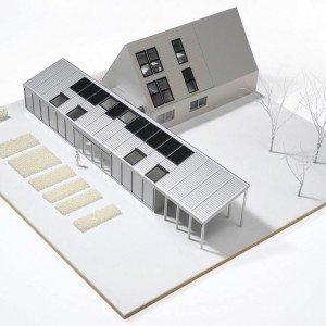 Progetto di una casa con finestre per tetti a funzionamento solare: un sistema di controllo automatico le apre e chiude per assicurare comfort in tutte le stagioni.