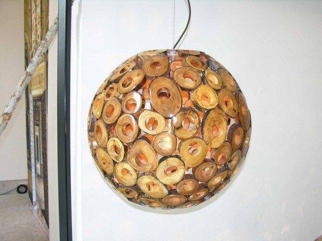 La-lampada-Eden-di-Sebastian-Dillman-e-fatta-interamente-a-mano-con-il-legno-trovato-nei-boschi-olandesi-