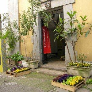 L'ingresso all'edificio nel cortile di via Palermo 1