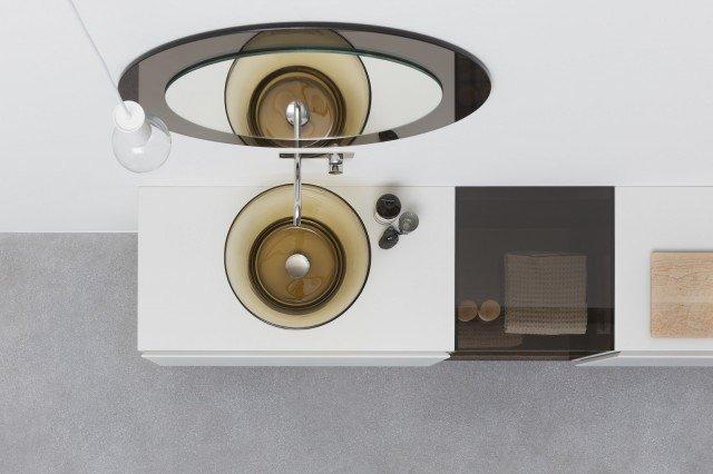 È disponibile nei colori bronzo e grigio il lavabo in vetro di Murano Esperanto di Rexa Design, soffiato da vetrai di Murano. Misura ø 48 cm. Prezzo 1.795 euro. www.rexadesign.it