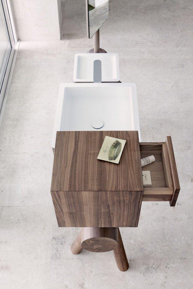 Il lavabo della collezione Dressage di Graff realizzato in Corian® DuPont™ è incassato in un mobile di legno massello. Misura L 160 x H 90 (senza specchio) cm. Prezzo su richiesta. www.graff-faucets.com