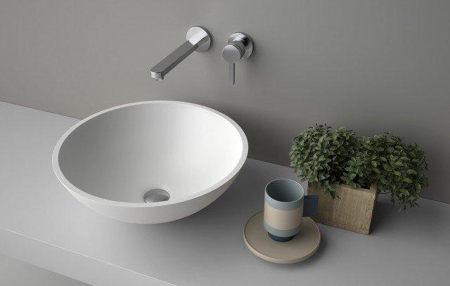 Il lavabo da appoggio Concave di Planit in Corian® DuPont™ è caratterizzato da un grande bacino tondo simmetrico. Misura ø 40 x H 18,7 cm. Prezzo 397 euro. www.planit.it