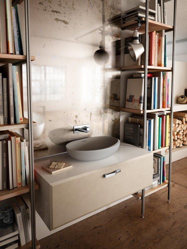È in Duralight® il lavabo ovale da appoggio I Bordi della collezione Autoritratti di Teuco. Ha rubinetteria a muro. Misura L 60 x P 42 cm. Prezzo 1.135 euro. www.teuco.it