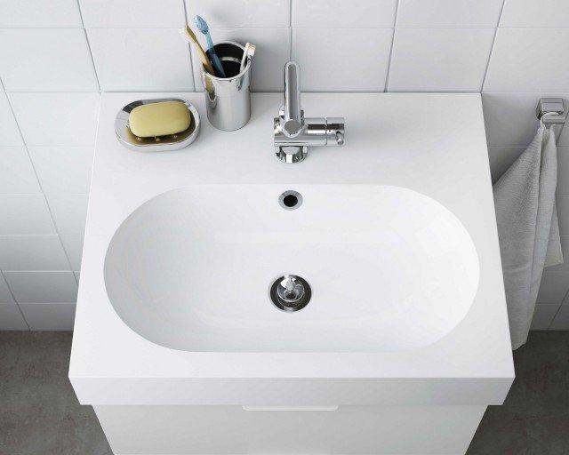 Il lavabo bianco a una vasca BRÅVIKEN di Ikea Italia Retail è realizzato in poliestere e conglomerato di marmo. Misura L 60 x P 49 x H 10 cm. Prezzo 110 euro. www.ikea.it
