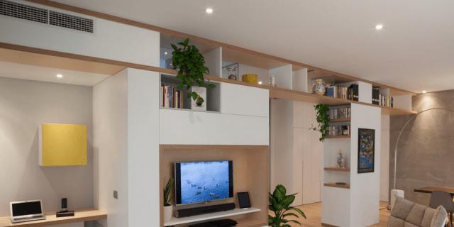 Open space con parete multifunzione. Guarda il video della casa
