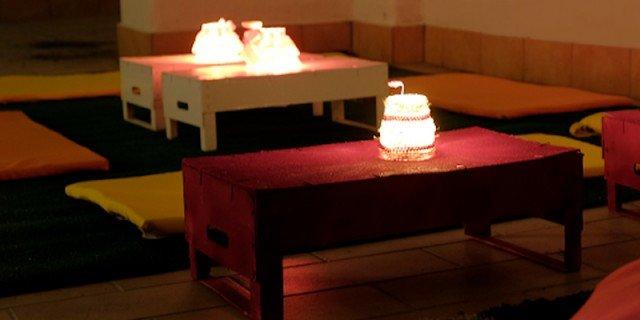 Tavolini all'aperto con le cassette della frutta