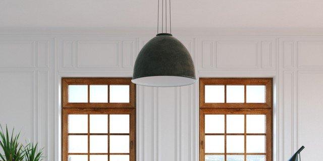 soggiorno tavolo legno, finestre legno, sedie bianche design affitto casa