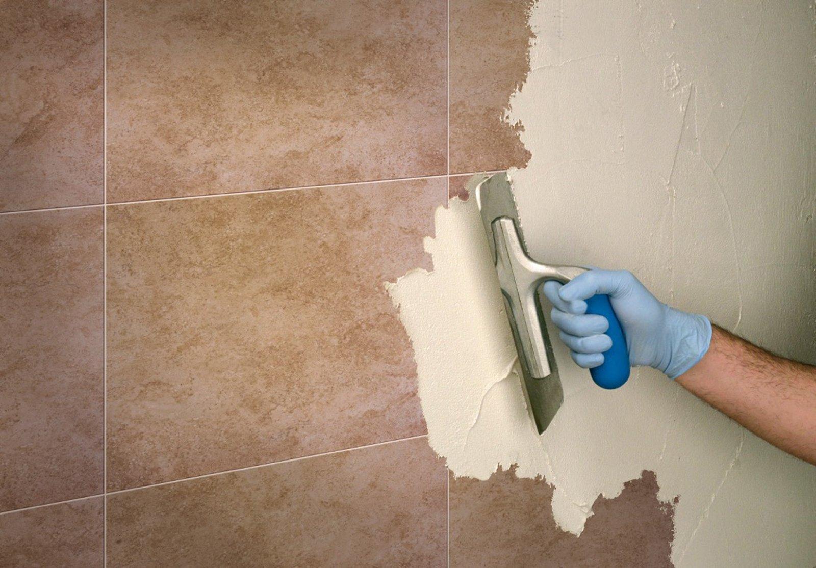 Rifare il bagno senza togliere le piastrelle e con piccoli interventi cose di casa - Stuccare piastrelle bagno ...