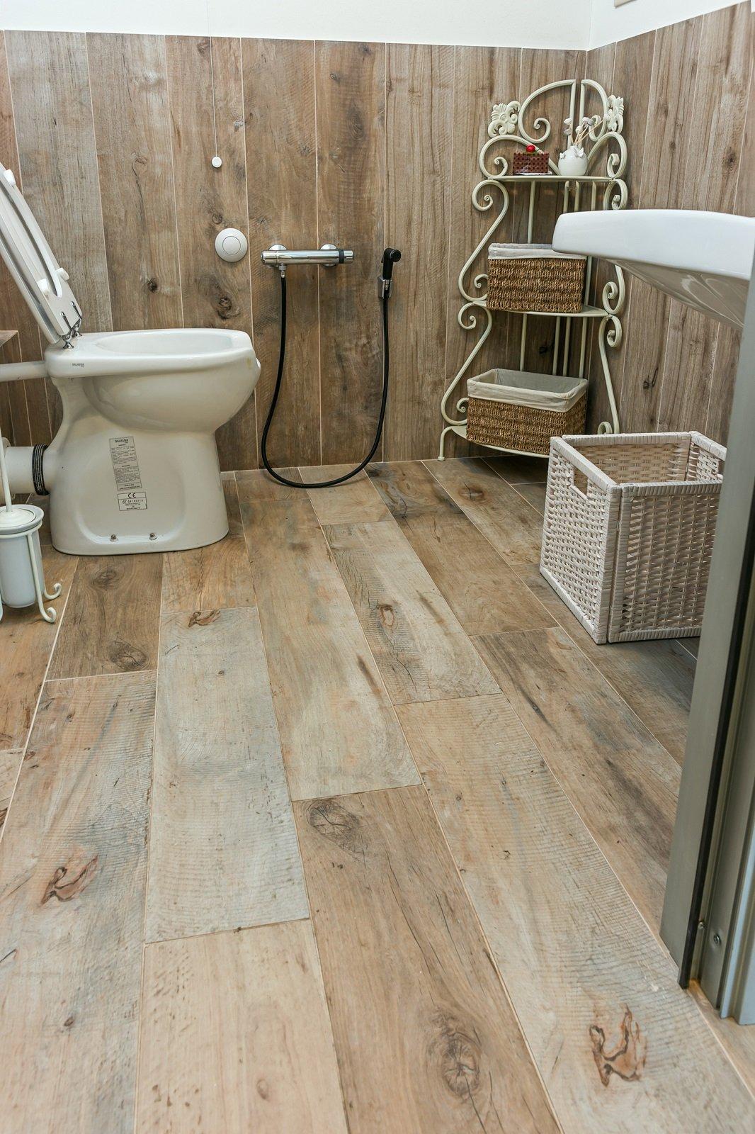 Pavimento effetto legno bagno kj94 regardsdefemmes - Pavimento e rivestimento bagno uguale ...