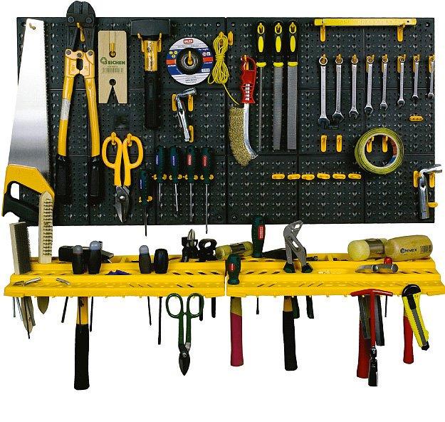 In plastica, il pannello forato per utensili di Art Plast è completo di ganci e mensole; misura L 50 x H 50 cme costa 15,90 euro. www.artplast.it