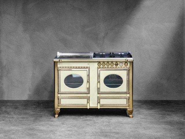 A legna e gas, con forno elettrico multifunzione, la cucina Country 120 lge di J. Corradi ha piastra di cottura in fusione di ghisa. Misura L 120 x P 65 x H 90 e costa 4.340 euro, Iva esclusa. www.jcorradi.com