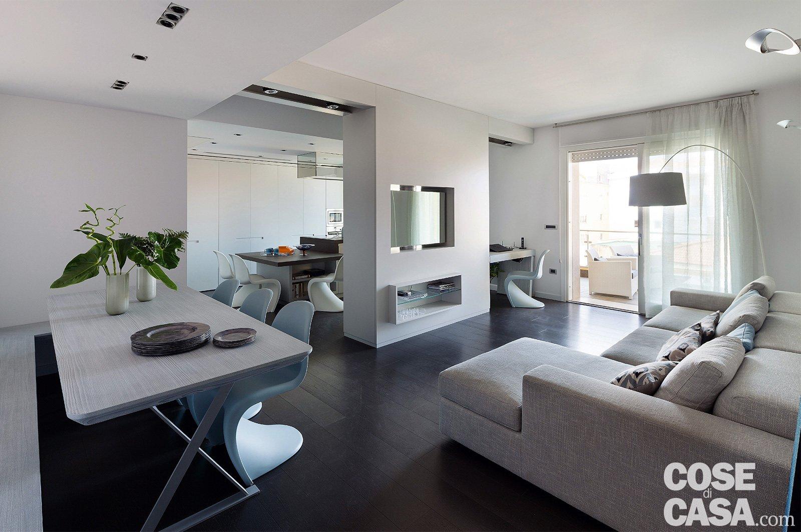 Soggiorno Con Divano Grigio Scuro 75 mq: una casa con geometrie in bianco e nero - cose di casa