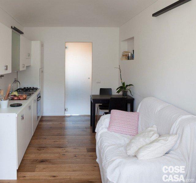 Il lay-out interno del secondo appartamento non differisce di molto dal primo. L'ingresso si apre su un locale lungo stretto: cucina da una parte, angolo pranzo e divano sul lato opposto.