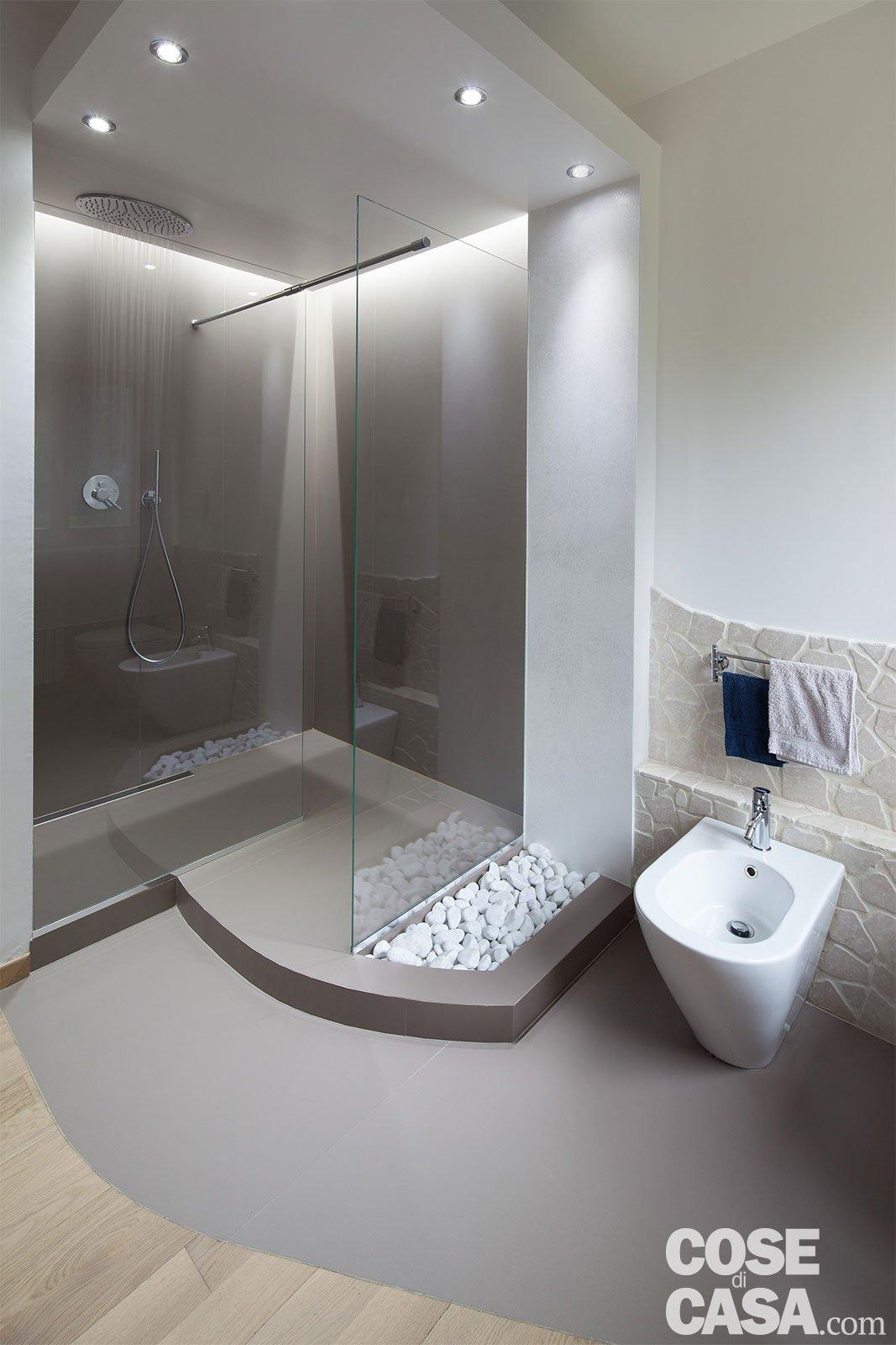 80 mq con controsoffitti funzionali e d 39 effetto cose di casa for Bagno della casa moderna