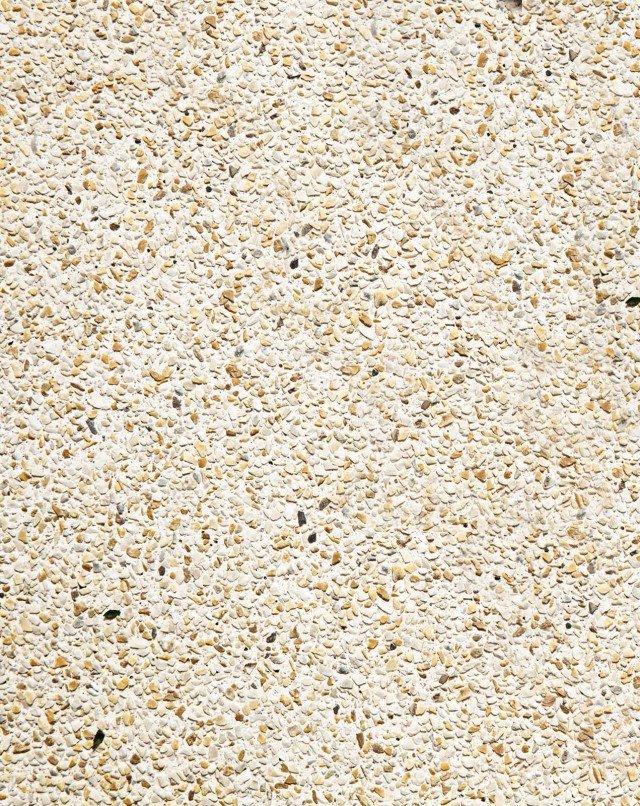 """La nostra scelta È in calcestruzzo fibrorinforzato e colorato la pavimentazione Sassoitalia® di Ideal Work, monolitica a effetto """"sasso lavato"""", con possibilità di impiegare anche graniglie. Su massetto esistente, al mq costa 40-60 euro; su massetto nuovo, al mq, 55-70 euro."""