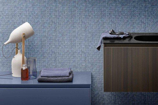 In fibra di vetro stampata effetto tessile Fibra di Rexa Design, si incolla a parete e pavimento; in altezza 94 cm, al mq costa 197 euro. www.rexadesign.it