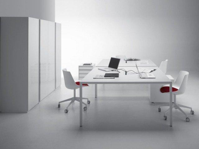 Il tavolo Ttense di MDF Italia dalla struttura esile: 3,5 cm di spessore ed una lunghezza di campata che può arrivare a 400 centimetri, disponibile in versione attrezzata con antina passacavi per gli ambienti di lavoro. www.mdfitalia.it