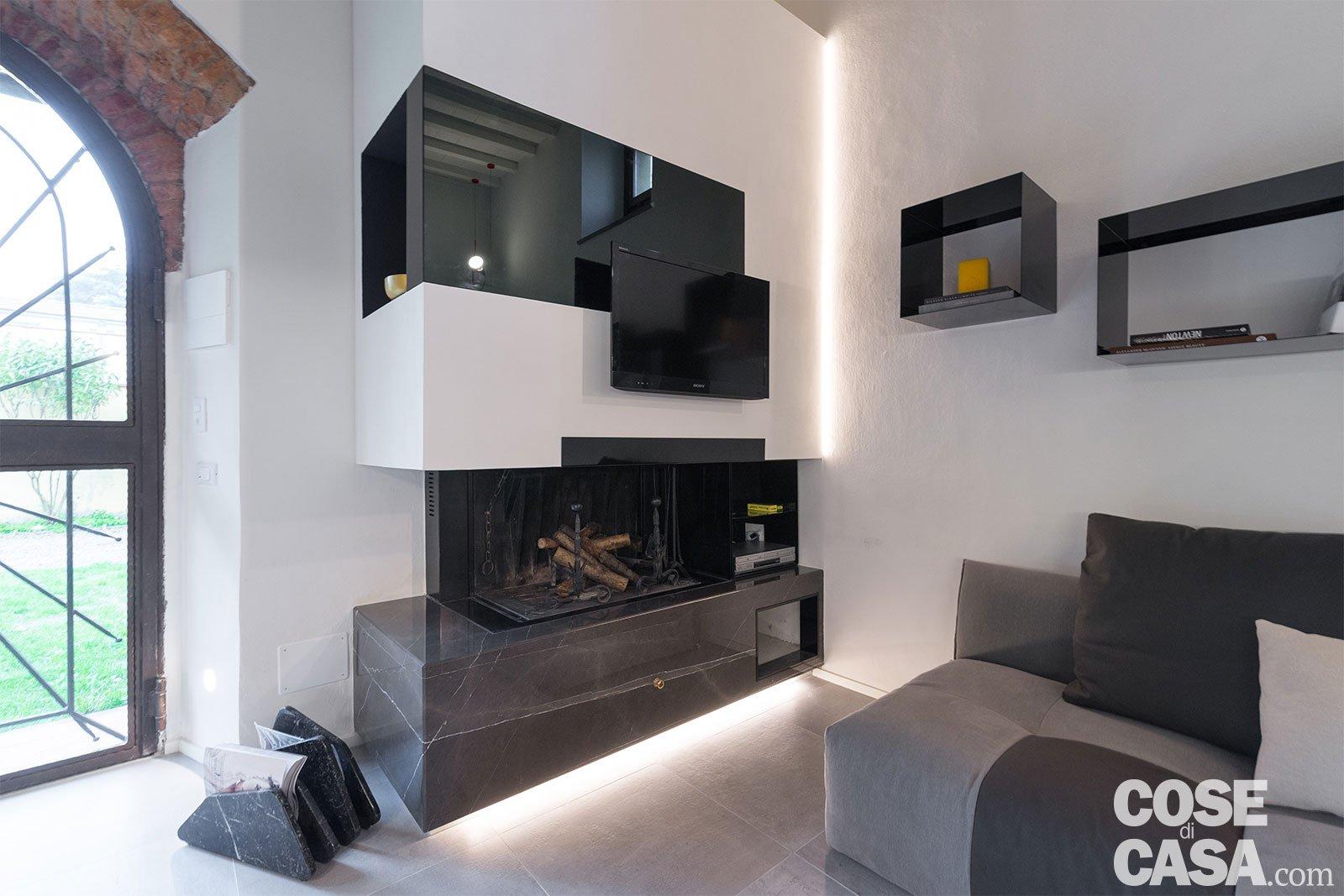 65 mq un 39 ex cascina effetto loft cose di casa for Illuminazione soggiorno