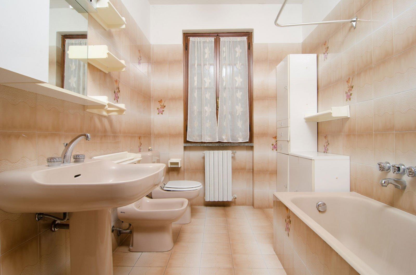 Rinnovare Il Bagno Senza Demolire rifare il bagno senza togliere le piastrelle e con piccoli
