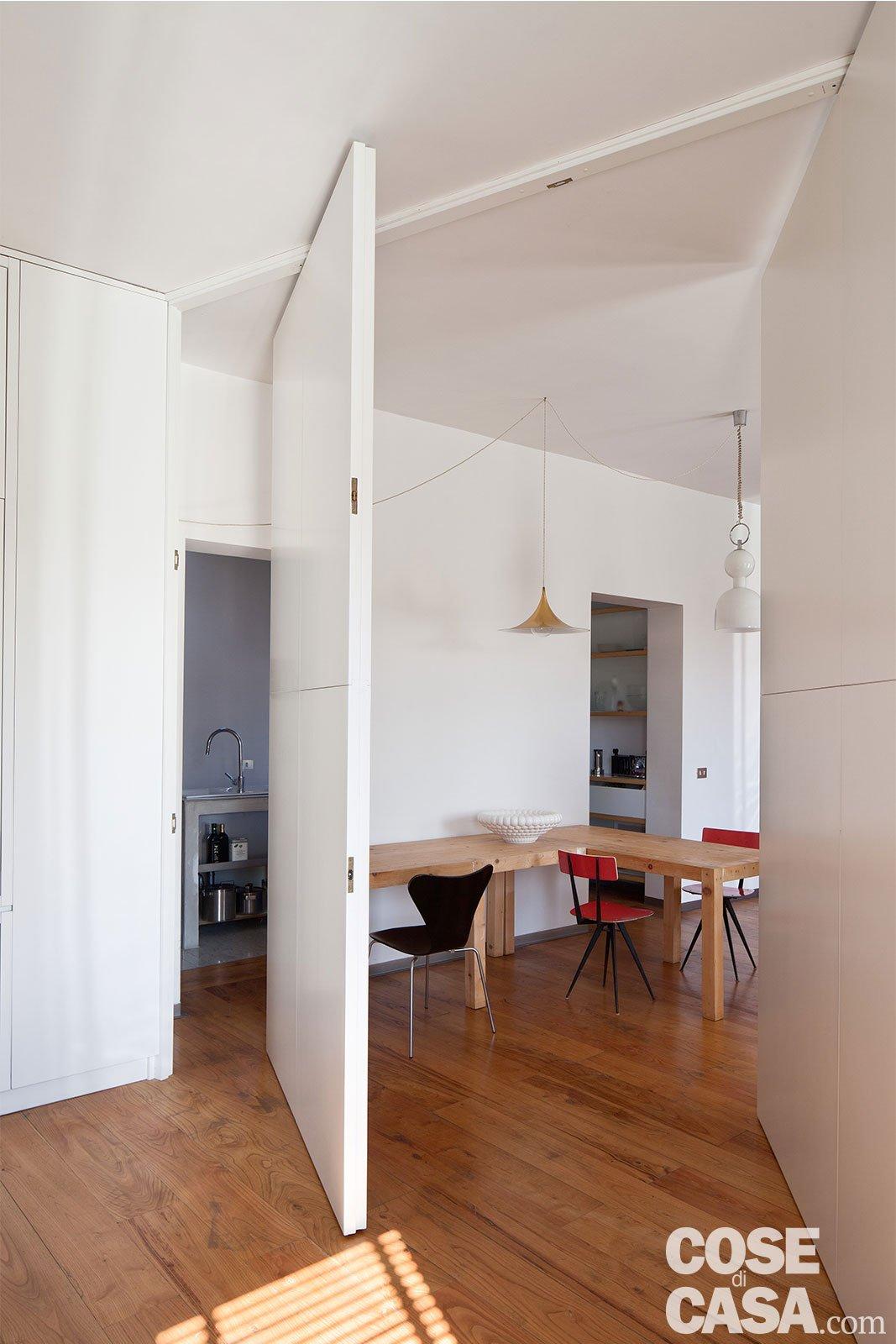 80 mq con pareti apribili che trasformano l 39 open space in ambienti separati cose di casa - Pareti per cucina ...