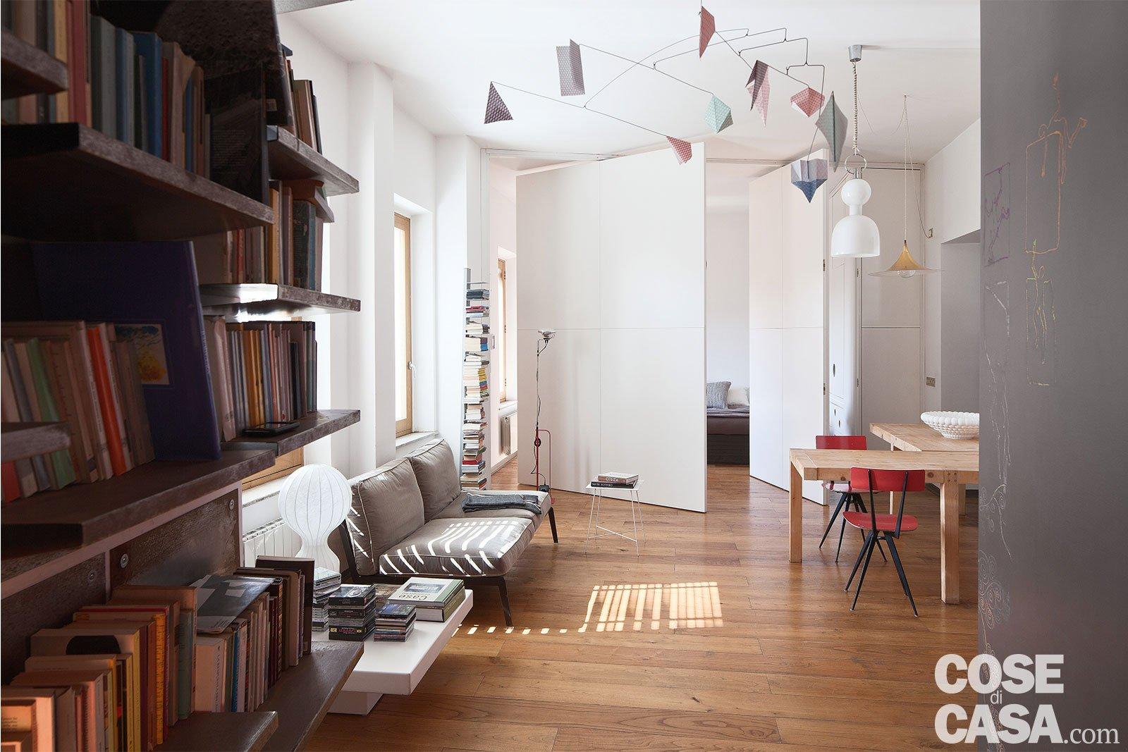 80 mq con pareti apribili che trasformano l 39 open space in for Case con alloggi separati