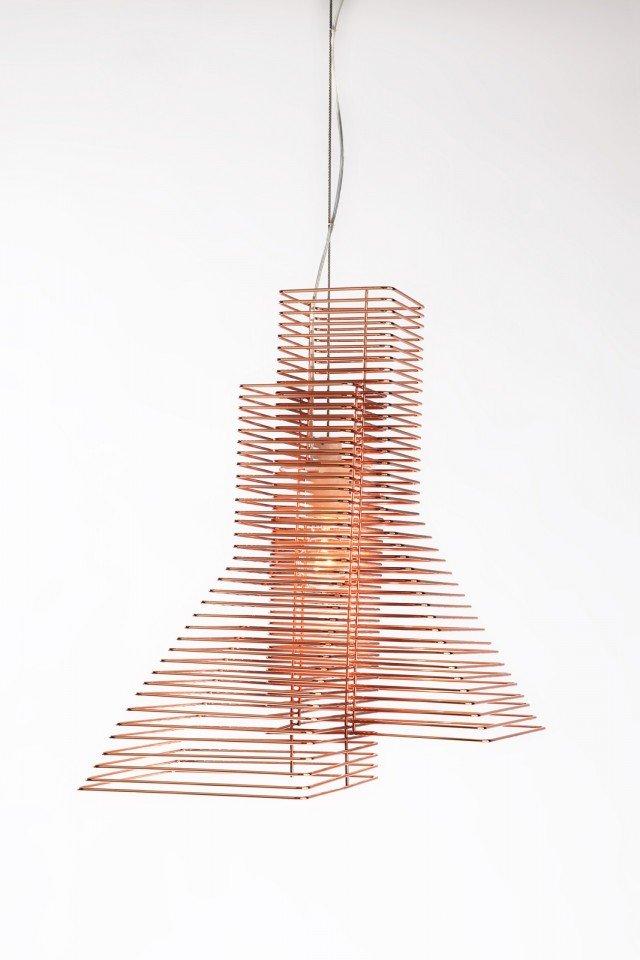 Grown di Zava Luce è una sospensione realizzata da fili di ferro nella finitura rame che si intrecciano creando giochi di luce sulle pareti. Misura ø 45 x H 197 cm. Prezzo 405 euro per la versione base. www.zavaluce.it