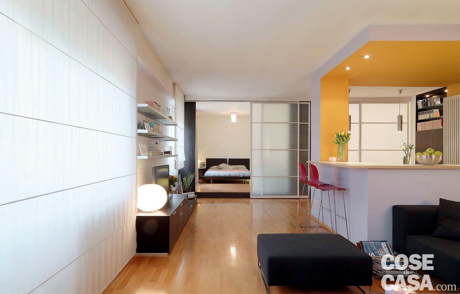 Vetrate scorrevoli dividono gli ambienti nella casa di 85 for Piccoli disegni di casa lotto